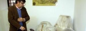 El director del Museo muestra varias piezas dañadas.  JUAN CABALLERO