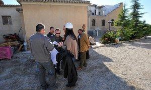 Técnicos de empresas constructoras que han sido aceptados para presentar sus ofertas visitando el monasterio de Clarisas estos días. :: PACO ALONSO / AGM