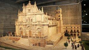 Uno de los escenarios recrea con todo detalle la Colegiata de San Patricio, las Salas Capitulares, el arco de la Cava, la fuente de Las Columnas y la Plaza de España. :: SONIA M. LARIO / AGM