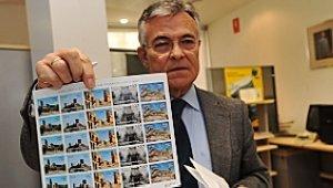 El director de la oficina de Correos de Lorca con los sellos. :: P. A. / AGM