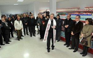 Monseñor Lorca Planes bendice la instalaciones del economato social Mambré. :: PACO ALONSO / AGM