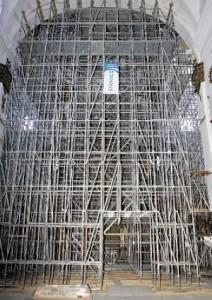 Los andamios sujetan los arcos del crucero de la iglesia de San Francisco en la zona más dañada del templo. :: SONIA M. LARIO / AGM