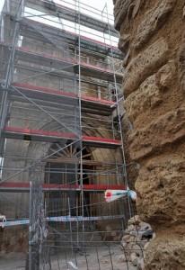 El Porche de San Antonio aparece cubierto por andamios y puntales que lo mantienen en pie. :: PACO ALONSO / AGM