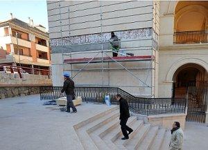 Obreos trabajando en la reposición de un tramo de la fachada en La Merced. :: PACO ALONSO / AGM