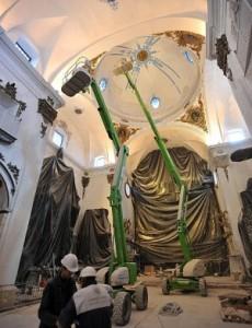 En el interior de la iglesia se trabaja a contrarreloj para terminar la reforma a tiempo. :: P. A. / AGM