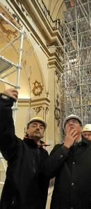 Un técnico muestra a Ibáñez detalles sobre la obra. :: P. ALONSO / AGM