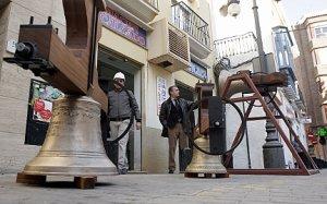 Las campanas ya restauradas a la espera de su colocación en San Francisco. :: SONIA M. LARIO / AGM