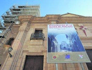 Un gran cartel, que acaba de colocarse, anuncia que la Conferencia Episcopal y todas las diócesis de España, financiarán la restauración de la iglesia de Santiago. :: PACO ALONSO / AGM