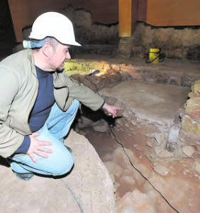 Gallardo muestra los restos del pilar de madera de la 'bimá'. :: P. A. / AGM