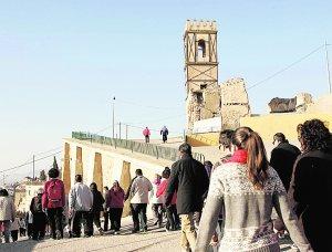 Paso por la iglesia de San Pedro, con su torre muy dañada. :: S. M. L. / AGM