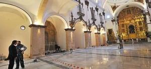 Últimos trabajos de limpieza y acristalamiento en la iglesia de San Francisco antes de su apertura el domingo :: Foto: P.A / AGM