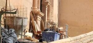 El carrerón de la colegiata de San Patricio, ocupado por los materiales de las obras de rehabilitación tras los terremotos. Foto: Paco Alonso / AGM