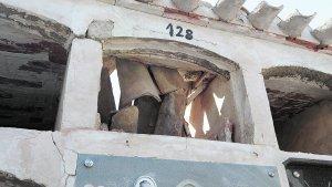 Estado en el que se encuentra el tejado de uno de los pabellones de nichos del cementerio de San Cristóbal, que se hundió tras el terremoto de mayo pasado. :: PACO ALONSO / AGM
