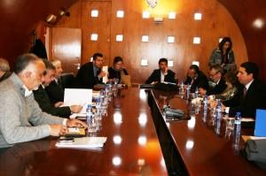 El consejero de Obras Públicas y Ordenación del Territorio, Antonio Sevilla, con el grupo de expertos, durante la reunión celebrada en Lorca.