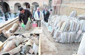 El carrerón de San Patricio está ocupado por los materiales para la rehabilitación del templo. :: P. A. / AGM