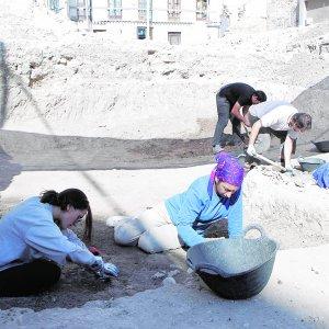 Los arqueólgos, ayer, en el delicado trabajo de ir descubriendo los restos. :: SONIA M. LARIO / AGM