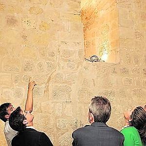 El arquitecto Jurado explica los detalles de la restauración. Foto: Sonia M. Lario/AGM