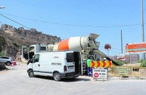El acceso a la carretera del Castillo permanecía cortado por obras. Foto: Paco Alonso/AGM
