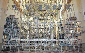 Un amasijo de hierros mantiene en pie la nave central del santuario tras el terremoto de 2012. :: S. M. L. / AGM