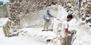 El arqueólogo Juan Gallardo señala el pilón descubierto junto a la torre Rojano. :: SONIA M. LARIO / AGM