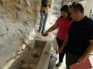 La concejala de Cultura visitó ayer los restos de la fuente hallada por los investigadores. L. O.