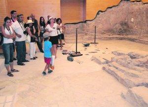 Un grupo de visitantes en la Sinagoga. Foto: S. M. Lario/AGM