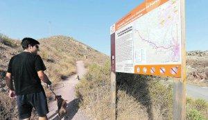 Un senderista consulta una de las señales. Foto: P. Alonso/AGM