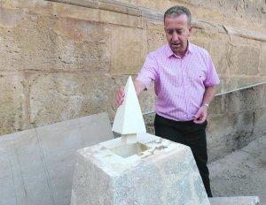 El arquitecto Juan de Dios de la Hoz muestra una de las piezas de un pináculo caído que se ha tenido que hacer nueva. :: P. A. / AGM