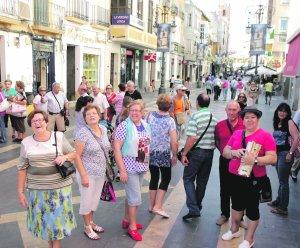 Un grupo de turistas pasea por el centro de la ciudad. Foto: S. M. Lario