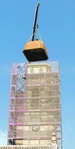 Una grúa coloca la parte superior de la torre. :: PACO ALONSO / AGM