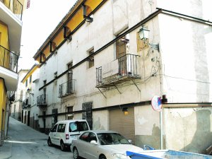 La fachada es lo único que queda en la Casa  de los Calderones, posiblemente la primera  que se reconstruirá. :: SONIA M. LARIO /AGM