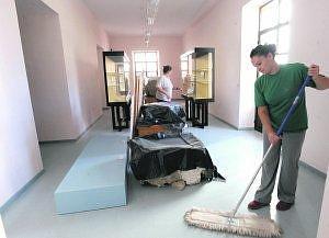Una operaria limpiando una sala del Museo. Foto: Paco Alonso/ AGM