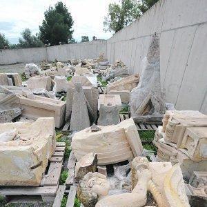 Los restos de las antiguas capillas que derribó el terremoto están almacenadas a la espera de la restauración. :: PACO ALONSO / AGM