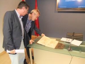 El director general de Bienes Culturales, Francisco Giménez, durante la entrega de documentos a Lorca