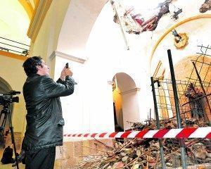 El consejero de Cultura fotografía la capilla de San Antonio, en su visita a San Cristóbal. Foto: P.A./ AGM.