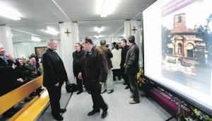 El obispo con el arquitecto antes de explicar el proyecto. :: P. A. / AGM