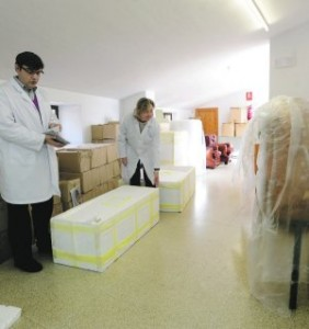 Los arqueólogos trabajando en una de las salas. :: P. ALONSO / AGM