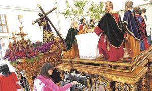 Los tronos del Cristo del Perdón y de la Última Cena horas antes de iniciar su desfile procesional. Foto: S.M.L./ AGM