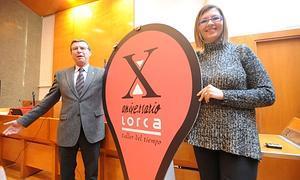 El concejal de Turismo, Francisco Montiel, con la gerente del parque y el nuevo emblema del décimo aniversario. Foto: Paco Alonso/ AGM