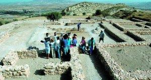 Visitantes en el parque arqueológico de la Quintilla, incluido en el sendero de la Vía Augusta. :: P. A. / AGM