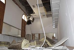 Los camerinos, una de las dependencias del Teatro Guerra más dañadas por los terremotos. :: S. M. L. / AGM
