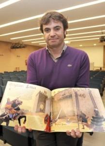 El autor muestra las páginas centrales del libro. :: PACO ALONSO / AGM