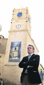 El presidente del Paso Azul, José Antonio Ruiz, ante la torre de San Francisco que muestra todavía la heridas de los seísmos. :: S. M. L. / AGM