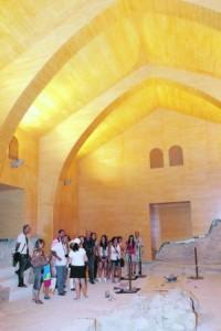 Turistas en una visita guiada a la sinagoga. :: SONIA M. LARIO / AGM