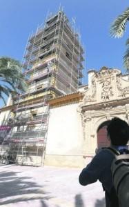 Los trabajos se centran en la torre, en la que se están reparando los arcos de las ventanas. :: P. ALONSO / AGM
