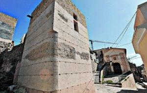 Así ha quedado la torre Rojano tras su restauración diferenciando la parte islámica de tapial de la cristiana. :: PACO ALONSO / AGM