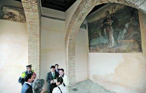La restauración de 2007 del Porche de San Antonio recuperó la imagen de San Ginés. :: PACO ALONSO / AGM