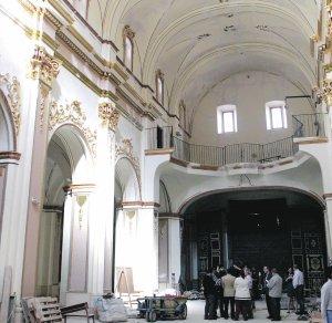 La nave central de la iglesia del Carmen está casi concluida, por lo que en breve se iniciará la recuperación de las capillas. :: SONIA M. LARIO / AGM