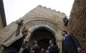 Las autoridades, durante su visita a la torre Rojano y al Porche de San Antonio. Juan Caballero
