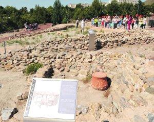 Escolares del colegio San Fernando, ayer, en una visita al parque arqueológico Los Cipreses. :: PACO ALONSO / AGM